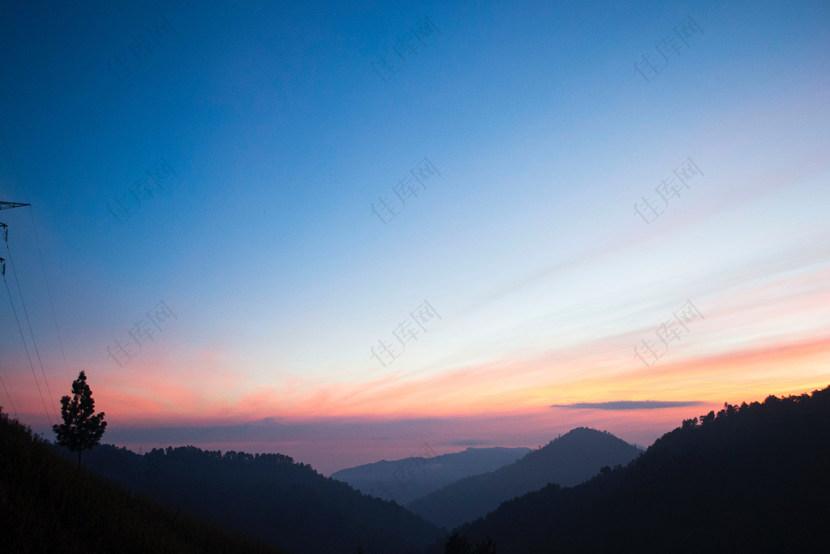 蓝天下的山影